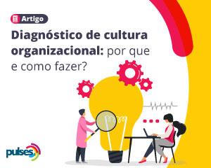 Duas pessoas trabalhando com computador, lupa e uma grande lâmpada amarela retratando o diagnóstico de cultura organizacional
