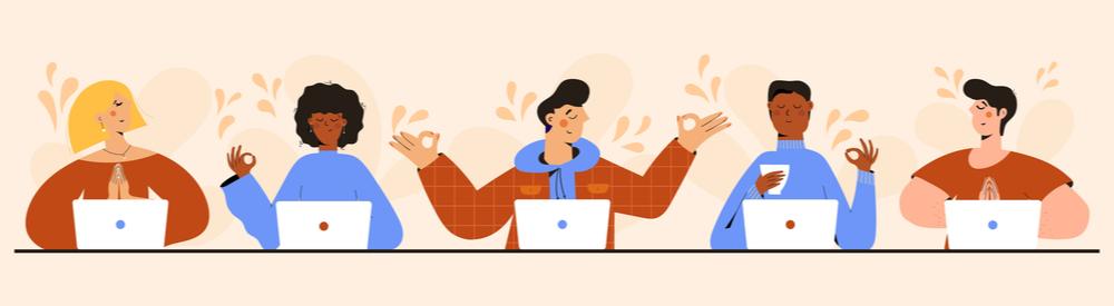 pessoas trabalhando com notebooks, enquanto fazem sinal de meditação com as mãos em sinal de bem-estar corporativo